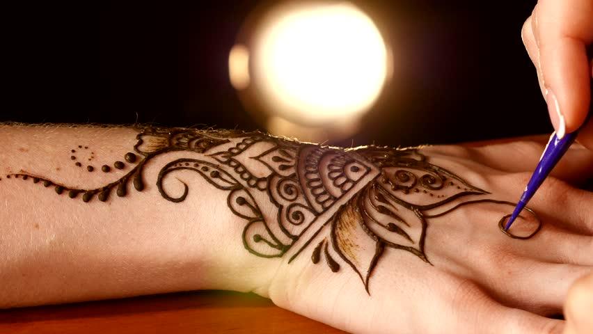 Apply Mehndi Hands : 5 common mistakes to avoid while applying mehndi khoobsurati