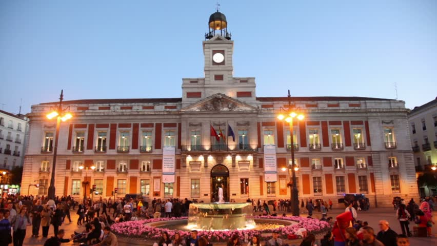 Madrid mar 7 timelapse view tourists walk on puerta for Puerta del sol 9 madrid